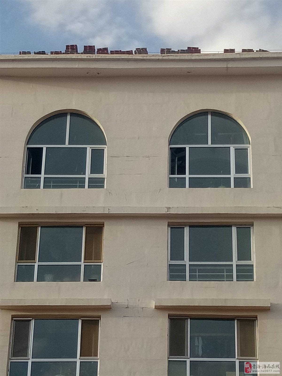德令哈怡景北区房顶修缮存在安全隐患