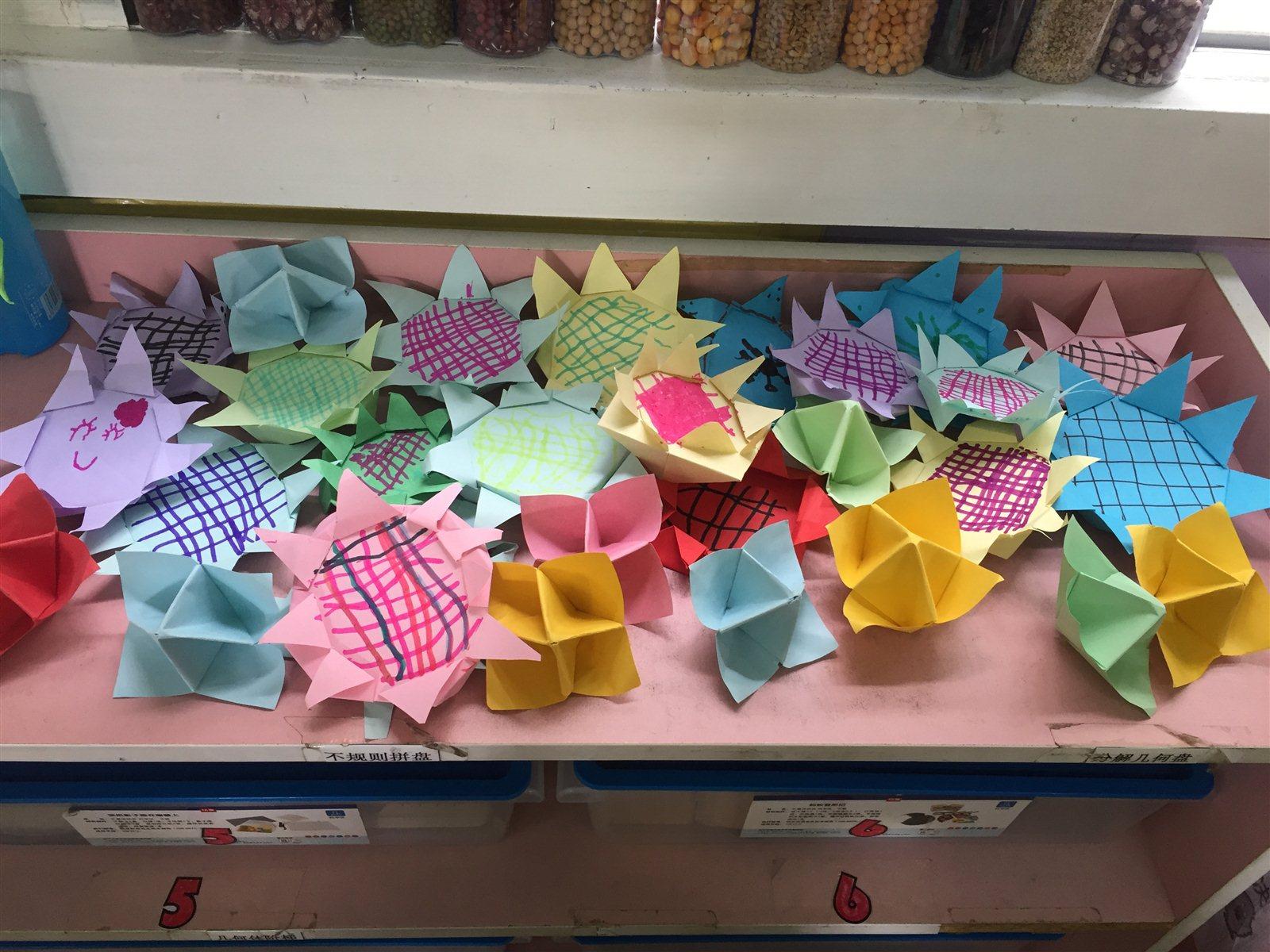 课后及时将材料投放到区域中,让幼儿随时有纸可折,在无形中起到对已学
