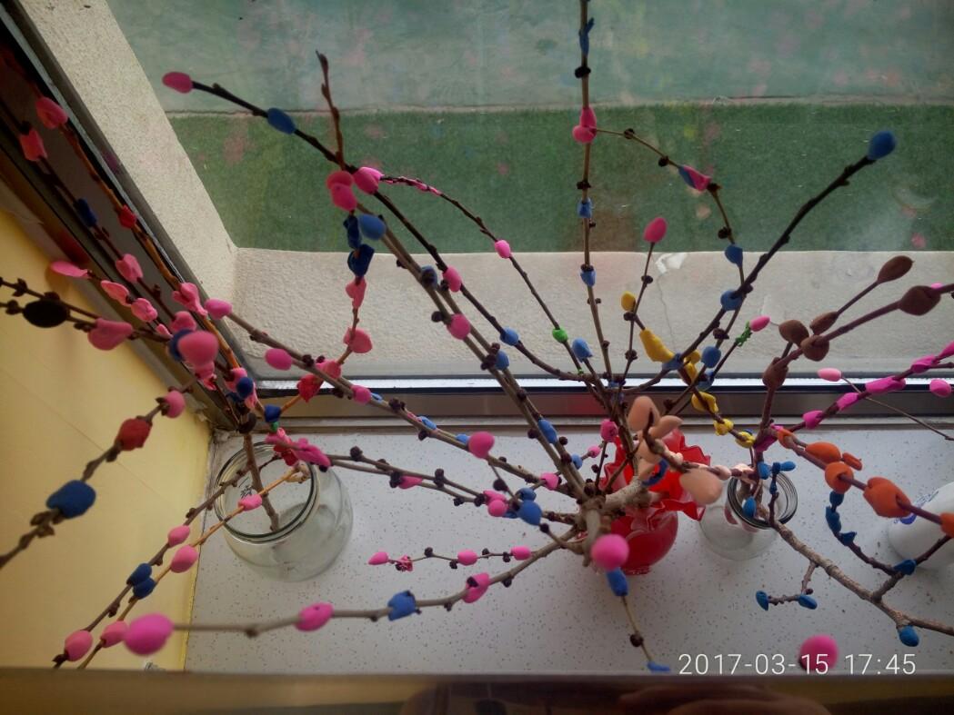 使用超轻粘土为小树做装饰,幼儿自行动手操作,家长辅助,教师指导.
