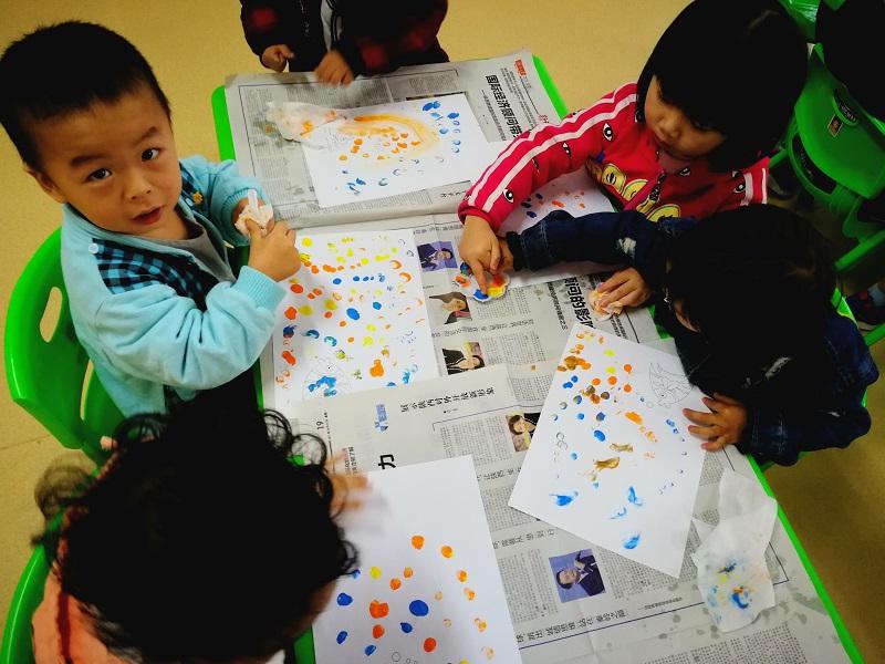 绘画是一种复杂的精神活动,是儿童最直接的,最自由的,最便捷的情绪表达方式。他们通过绘画,可以充分表达自己的内心情感和对外部世界的感受。儿童通过自己的亲身体验以敏锐的观察力,丰富的想像力。 孩子们刚接触手指点画,非常的好奇,幼儿通过小手指点、抹等方法,可以发展幼儿的手眼协调能力。