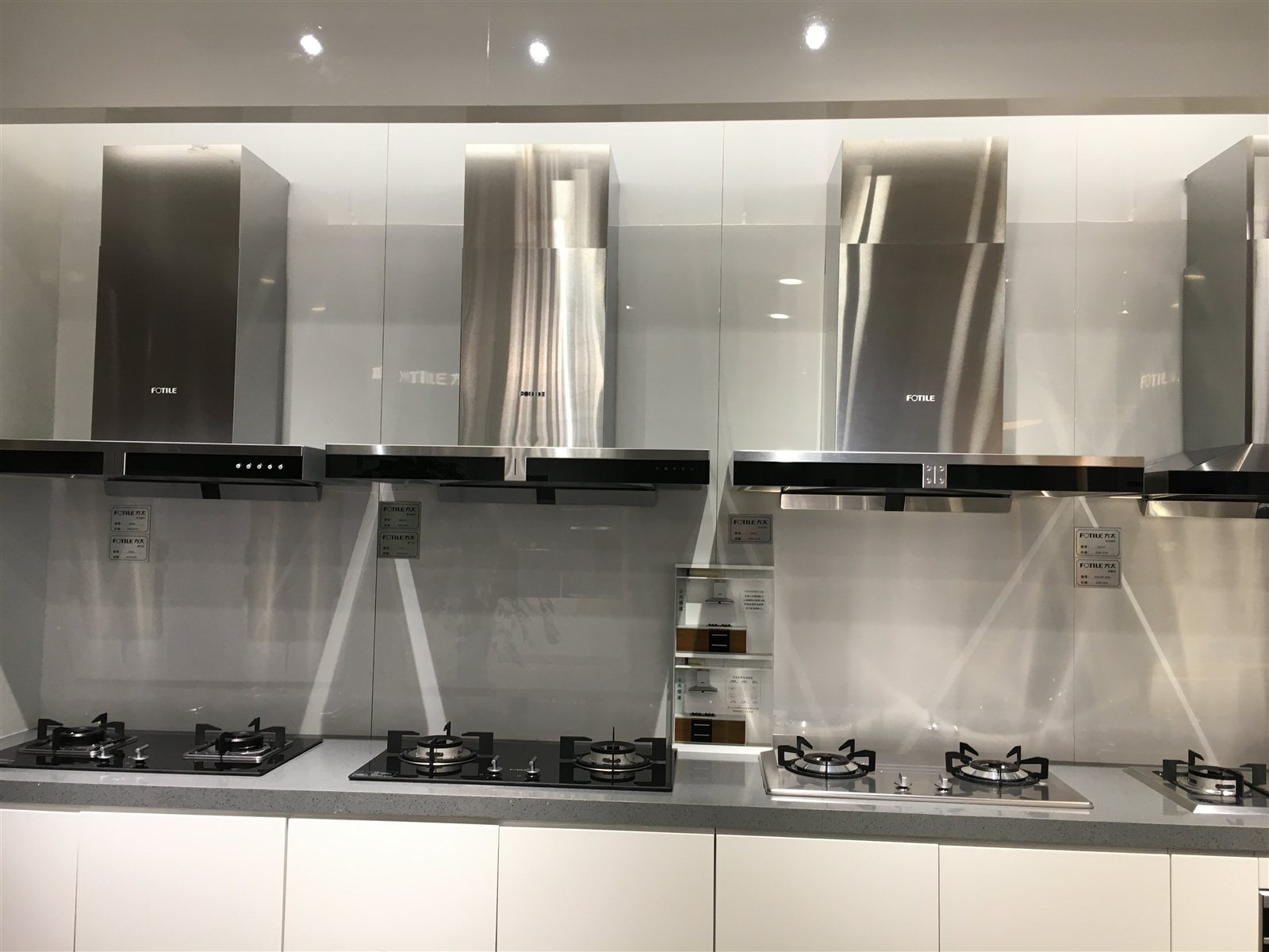 宁波方太厨具有限公司(简称方太)创建于1996年。十八年来始终专注于高端嵌入式厨房电器的研发和制造,致力于为追求高品质生活的人们提供具有设计领先、人性化厨房科技和可靠品质的高端嵌入式厨房电器产品,倡导健康环保的生活方式,让千万家庭享受更加幸福的居家生活。2014年,方太获得万科集团年度A级供应商荣誉。