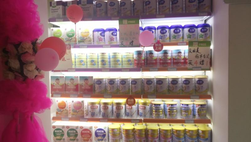 可爱可亲母婴用品生活馆是中国婴童行业领先的全国连锁零售企业,主要销售孕妇、0-6岁宝宝的产品和服务,其中包含营养辅食、洗护用品、喂养用具、孕妇装、内衣系列、养颜塑身、益智玩具、护理用品、婴儿服、安全防护、纪念品系列等二十多类,上万件单品,与之合作的供应商及厂商超过百余家,遍及全球众多个国家。同时除了产品之外,还设有王牌服务项目,新型的营销模式,是中国母婴行业的运营亮点,真正实现了为母婴们提供一站式全程服务的领先企业。      电话:0941-5123456 地址:舟曲县西街十一号楼一楼