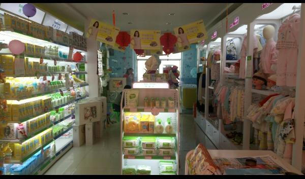 可爱可亲母婴用品生活馆是中国婴童行业领先的全国连锁零售企业,主要销售孕妇、0-6岁宝宝的产品和服务,其中包含营养辅食、洗护用品、喂养用具、孕妇装、内衣系列、养颜塑身、益智玩具、护理用品、婴儿服、安全防护、纪念品系列等二十多类,上万件单品,与之合作的供应商及厂商超过百余家,遍及全球众多个国家。同时除了产品之外,还设有王牌服务项目,新型的营销模式,是中国母婴行业的运营亮点,真正实现了为母婴们提供一站式全程服务的领先企业。