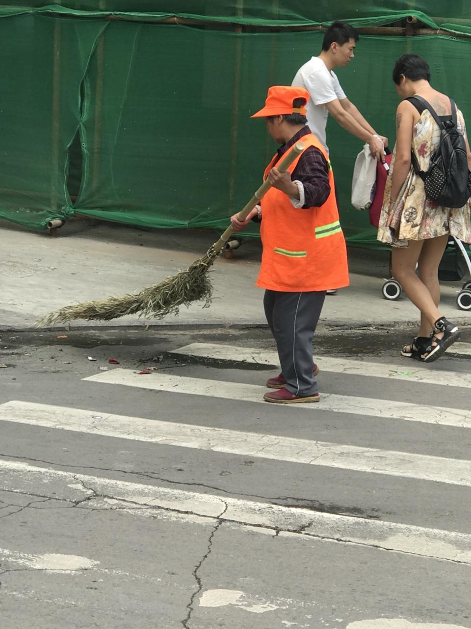 今日是五一节!看今日潢川:城市卫生,道路整洁……这些都与这些老人分不开(唉,在路上你是看不见有年轻的